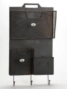 étagère en métal avec casiers