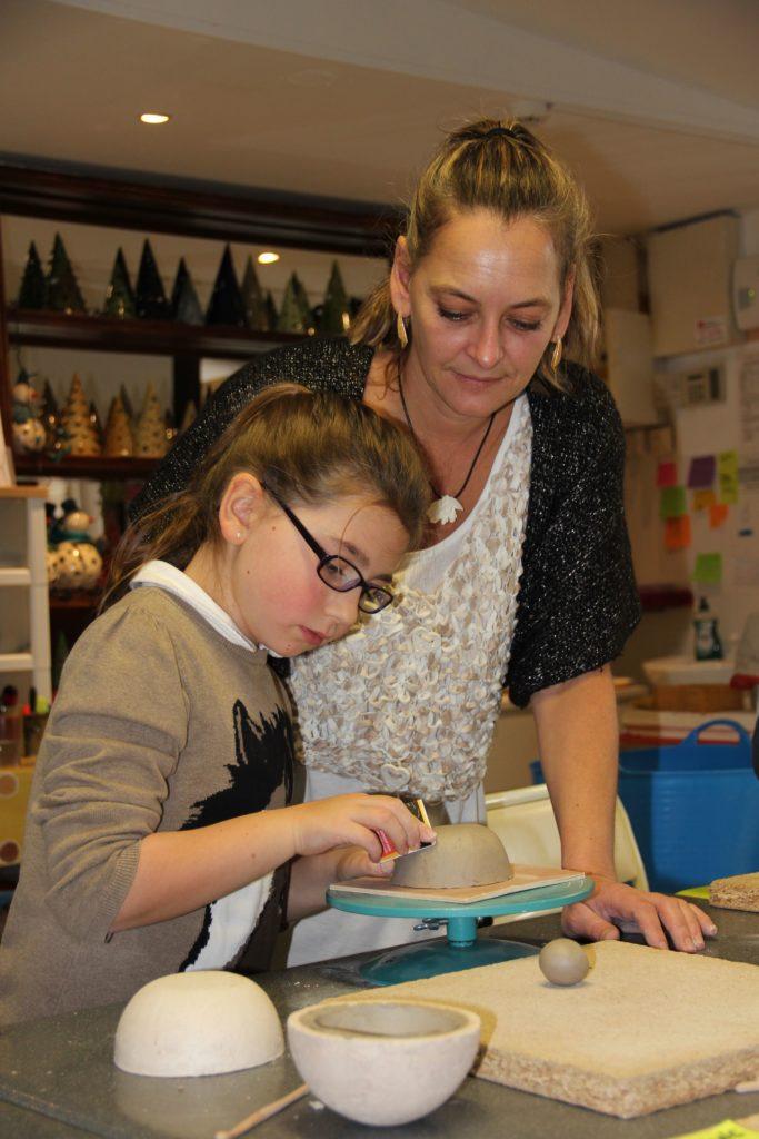 béatrice allard avec un élève lors d'un cours enfant